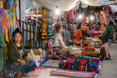 Luang Prabang, Λάος - τον Αύγουστο του 2015 circa: Παραδοσιακή αγορά νύχτας με τις τέχνες και τα αναμνηστικά στις οδούς Luang Pra Στοκ Εικόνες