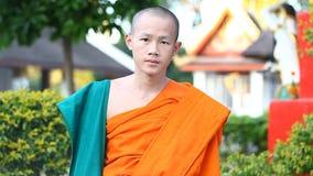 LUANG PRABANG, ΛΆΟΣ - 9 ΔΕΚΕΜΒΡΊΟΥ 2016: Τηλεοπτικό πορτρέτο ενός νέου βουδιστικού μοναχού Οι μοναχοί εκπαιδεύονται στα βουδιστικ απόθεμα βίντεο