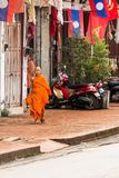 LUANG PRABANG, ΛΆΟΣ - 11 ΙΑΝΟΥΑΡΊΟΥ 2017: Μοναχοί σε μια οδό πόλεων στοκ φωτογραφία