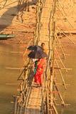 Luang Prabang, Лаос - бамбуковый мост через реку с туристами на их Стоковое Фото