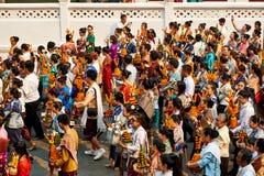 LUANG PRABANG, ЛАОС - 17-ОЕ АПРЕЛЯ 2019 Местные люди лаосца празднуя Mai Pi Парад Но стоковая фотография rf