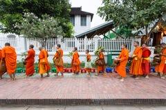 Luang Prabang, Лаос - 10-ое ноября 2017: Буддийские монахи в Luang Стоковое Фото