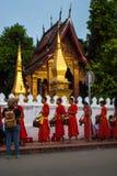 Luang Prabang, Лаос - 22-ое ноября 2015: Милостыни давая церемонию перед ремнем Wat Xieng стоковая фотография rf