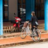 LUANG PRABANG, ЛАОС - 11-ОЕ ЯНВАРЯ 2017: Велосипедист на улице города Скопируйте космос для текста Стоковые Изображения