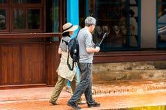 LUANG PRABANG, ЛАОС - 11-ОЕ ЯНВАРЯ 2017: Зрелые пары на улице города Скопируйте космос для текста Стоковое фото RF