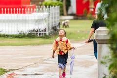 LUANG PRABANG, ЛАОС - 11-ОЕ ЯНВАРЯ 2017: Маленькая девочка на улице Скопируйте космос для текста Стоковое Фото