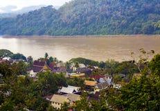 Luang Prabang dall'alta vista può vedere il villaggio accanto al kong del fiume ed alla casa coprire l'architettura Immagini Stock