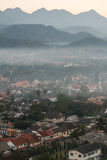 Luang Prabang krajobraz z mgłą od Phu Si przy Luang Prabang, Laos Zdjęcia Royalty Free