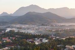 Luang Prabang krajobraz z mgłą od Phu Si przy Luang Prabang, Laos Zdjęcie Royalty Free