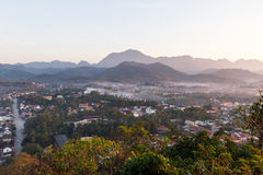 Luang Prabang krajobraz z mgłą od Phu Si przy Luang Prabang, Laos Obrazy Stock
