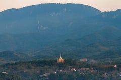 Luang Prabang krajobraz z Złotą pagodą od Phu Si przy Luang Prabang, Laos Zdjęcie Stock