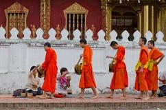 LUANG PRABANG, LAO - 12 DE MAYO: Cada día muy temprano por la mañana Fotos de archivo libres de regalías