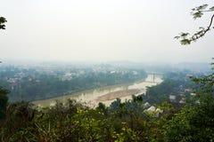 LUANG PRABANG LAOS AM 14. APRIL 2019: Ansicht von Berg Phou-Si, Phu-Si, hoher Hügel in der Mitte der alten Stadt von Luang Praba lizenzfreie stockbilder