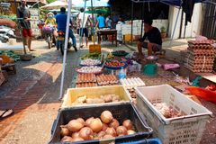 LUANG PRABANG, LAOS - APRIL 14, 2019 De lokale mensen die van Laos Pi-MAI vieren, bij de markt Lao New Year, groot waterfestival stock foto