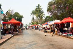 LUANG PRABANG, LAOS - APRIL 14, 2019 De lokale mensen die van Laos Pi-MAI vieren, bij de markt Lao New Year, groot waterfestival royalty-vrije stock afbeelding