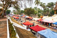 LUANG PRABANG, LAOS - APRIL 14, 2019 De lokale mensen die van Laos Pi-MAI vieren, bij de markt Lao New Year, groot waterfestival stock fotografie