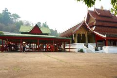 LUANG PRABANG, LAOS - APRIL 14, 2019 De MONNIKEN zitten in tempel bij pi-MAI Lao New Year, groot waterfestival royalty-vrije stock foto's
