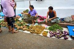 LUANG PRABANG, LAOS - APRIL 17 2019: Lokaal verkopend voedsel bij de ochtendmarkt in Luang Prabang, Laos stock afbeelding