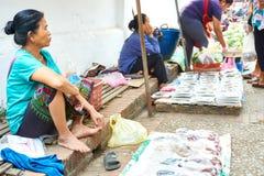 LUANG PRABANG, LAOS - APRIL 17 2019: Lokal säljande mat på morgonmarknaden i Luang Prabang, Laos arkivfoton