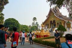 LUANG PRABANG, LAOS - APRIL 14 2019 Mensen bezoeken paleis bij het nieuwe jaar van Laos stock foto