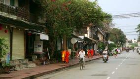 LUANG PRABANG, LAOS - AVRIL 2014 : facile à vivre détendez les rues banque de vidéos