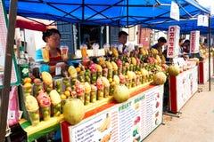 LUANG PRABANG, LAOS - 14 AVRIL 2019 Les Laotiens locaux célébrant l'AMI de pi, au marché Lao New Year, grand festival de l'eau image stock