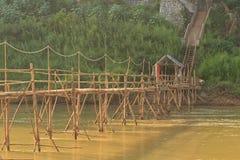 Luang Prabang, Laos - Bambusowy most przez rzekę z turystami na one fotografia stock