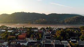 Luang Prabang, Laos Cidade de Luang Prabang da vista a?rea em Laos C?u nebuloso sobre a cidade pequena cercada por montanhas meko filme