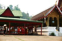 LUANG PRABANG, LAOS - 14 DE ABRIL DE 2019 As MONGES sentam-se no templo no MAI do pi Lao New Year, festival grande da água fotos de stock royalty free