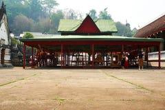 LUANG PRABANG, LAOS - 14 DE ABRIL DE 2019 Los MONJES se sientan en templo en el AMI del pi Lao New Year, festival grande del agua fotos de archivo libres de regalías