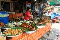 LUANG PRABANG, LAOS - 14 DE ABRIL DE 2019 Povos locais do Lao que comemoram o MAI do pi, no mercado Lao New Year, festival grande fotos de stock