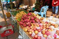 LUANG PRABANG, LAOS - 14 DE ABRIL DE 2019 Povos locais do Lao que comemoram o MAI do pi, no mercado Lao New Year, festival grande fotos de stock royalty free