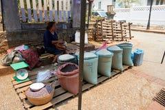 LUANG PRABANG, LAOS - 14 DE ABRIL DE 2019 Povos locais do Lao que comemoram o MAI do pi, no mercado Lao New Year, festival grande imagens de stock royalty free