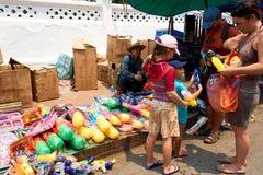LUANG PRABANG, LAOS - 14 DE ABRIL DE 2019 Povos locais do Lao que comemoram o MAI do pi, no mercado Lao New Year, festival grande foto de stock royalty free