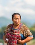 LUANG PRABANG, LAOS - 11 DE ENERO DE 2017: Retrato de una mujer laosiana en el jardín vertical Copie el espacio para el texto imágenes de archivo libres de regalías