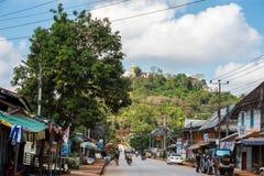 LUANG PRABANG, LAOS - 11 DE ENERO DE 2017: Vista de edificios en el fondo de un paisaje de la montaña Copie el espacio para el te Fotografía de archivo libre de regalías
