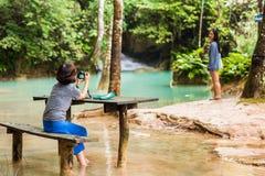 LUANG PRABANG, LAOS - 11 DE JANEIRO DE 2017: Povos perto de Kuang Xi Falls, cachoeira na montanha da área com espaço da cópia da  Imagens de Stock
