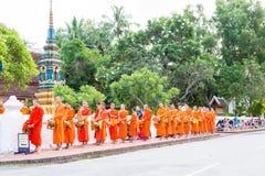Luang Prabang, Laos - 13 de junio de 2015: Limosnas budistas que dan ceremonia Fotografía de archivo