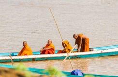 LUANG PRABANG, LAOS - 11 GENNAIO 2017: Monaci in una barca sul fiume di Nam Khan del fiume Copi lo spazio per testo immagini stock libere da diritti
