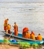 LUANG PRABANG, LAOS - 11 GENNAIO 2017: Monaci in una barca sul fiume di Nam Khan del fiume Copi lo spazio per testo fotografia stock
