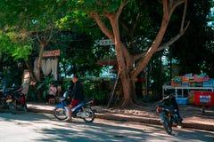 Luang Prabang, Laos, 12 17 18: Het leven in de straten van Luang Prabang Mensentribunes voor een restaurant dichtbij de Mekong ri stock foto's
