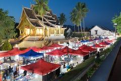 Luang Prabang, Laos il -3 GIUGNO: Il mercato del ricordo di notte della parte anteriore immagini stock libere da diritti