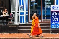 LUANG PRABANG, LAOS - 11. JANUAR 2017: Mönche auf einer Stadtstraße Kopieren Sie Raum für Text lizenzfreie stockbilder