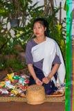 LUANG PRABANG, LAOS - JANUARI 11, 2017: Matning av munkarna Ritualen kallas Tak Bat Närbild vertikalt fotografering för bildbyråer