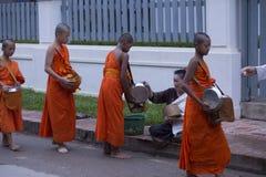 Luang Prabang, Laos, jeunes moines dans l'aumône donnant la cérémonie, 16 photographie stock
