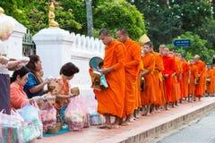 Luang Prabang, Laos - 13 juin 2015 : Aumône bouddhiste donnant la cérémonie photographie stock libre de droits