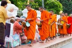 Luang Prabang, Laos - 13 juin 2015 : Aumône bouddhiste donnant la cérémonie image stock