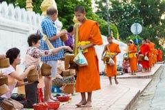 Luang Prabang, Laos - 13 juin 2015 : Aumône bouddhiste donnant la cérémonie photos stock