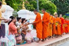 Luang Prabang, Laos - 13 juin 2015 : Aumône bouddhiste donnant la cérémonie photos libres de droits