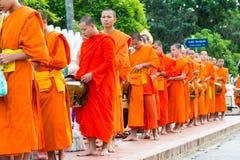 Luang Prabang, Laos - 13 juin 2015 : Aumône bouddhiste donnant la cérémonie images stock